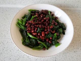 菠菜拌花生,炒好的花生米放入菠菜中