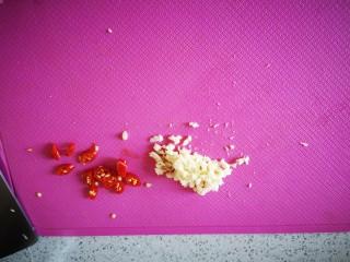 菠菜拌花生,蒜切末,小米椒切圈