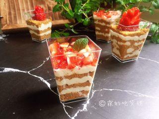 草莓木糠杯,完成。