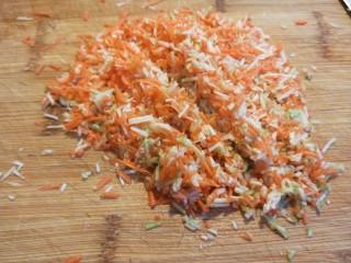 蛋液灌饺  新文美食,在剁碎,撒上一勺盐淹出水分挤出水分。