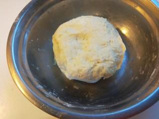 蛋液灌饺  新文美食,在揉成面团,合好的面团不是光滑的,要醒放半小时在揉一揉就光滑了。