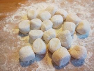 蛋液灌饺  新文美食,切成饺子剂子。