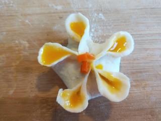 蛋液灌饺  新文美食,灌好的近看一下,中间点一下蛋黄,撒上胡萝卜碎。