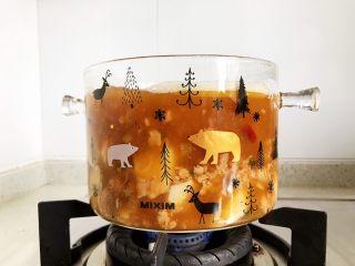 山药炖虎头鸡,大火烧开之后转小火,盖上锅盖焖煮15-20分钟