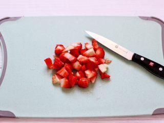 明目养肝的草莓酸奶三明治,把草莓冲洗干净后用刀切成小丁。