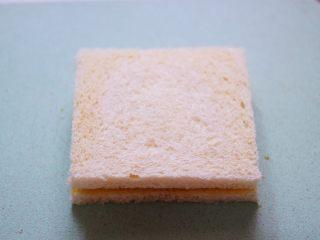 明目养肝的草莓酸奶三明治,再把另一片吐司盖在上面。