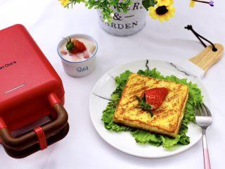 明目养肝的草莓酸奶三明治,随意搭配上自己喜欢的任何食材,简约而不简单。