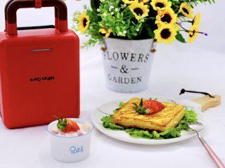 明目养肝的草莓酸奶三明治,好吃不胖又营养,而且还是减脂早餐哟。