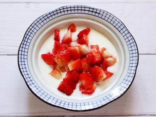 明目养肝的草莓酸奶三明治,把酸奶倒入器具中后,把切丁的草莓倒入酸奶里,用小勺搅拌均匀备用。