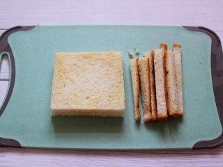 明目养肝的草莓酸奶三明治,把2片吐司切去四边。(吐司片可以根据个人胃口增加)