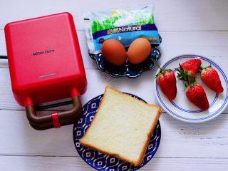 明目养肝的草莓酸奶三明治,准备好做三明治的所有食材和机器。
