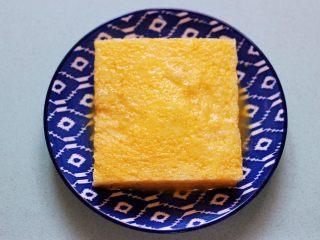 明目养肝的草莓酸奶三明治,把吐司放入打散的蛋液盘中,将吐司的两面及四边均匀裹上蛋液。