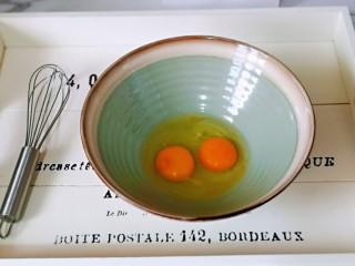 快手早餐~菠菜华夫饼,首先将鸡蛋加入大口器具中,准备手动打蛋器。