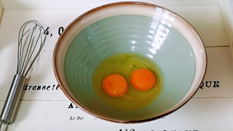 快手早餐~菠菜华夫饼,首先将<a style='color:red;display:inline-block;' href='/shicai/ 9'>鸡蛋</a>加入大口器具中,准备手动打蛋器。