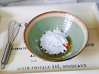 快手早餐~菠菜华夫饼,鸡蛋中加入糖粉。