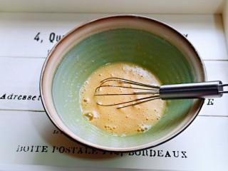 快手早餐~菠菜华夫饼,用手动打蛋器打至均匀,使糖粉与蛋液融合。