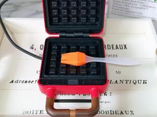 快手早餐~菠菜华夫饼,将华夫饼早餐机连接电源预热,烤盘上刷上食用油。