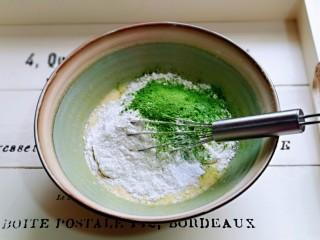 快手早餐~菠菜华夫饼,加入低筋面粉,泡打粉,菠菜粉,再次用手动打蛋器打至均匀至无干粉。
