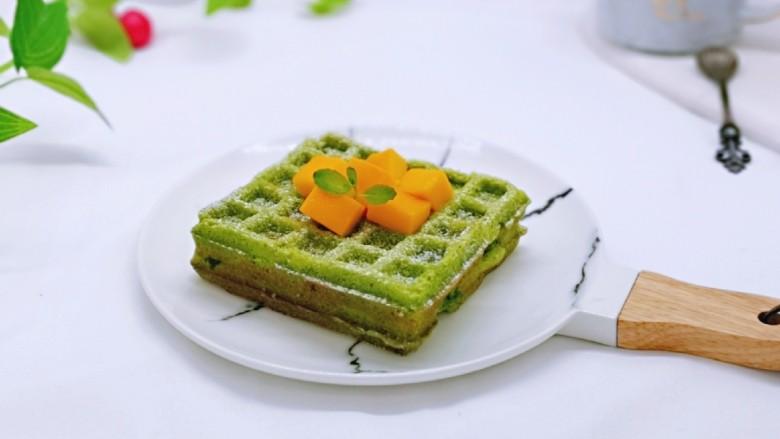 快手早餐~菠菜华夫饼,筛上一层糖粉,装饰了芒果丁。
