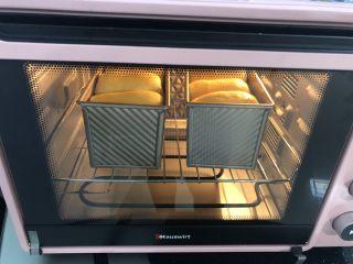 超柔软波兰种吐司,烤箱150度上下管预热好了以后把吐司摆入烤箱下层,上下管150度烤55分钟,注意在边上观察,发现吐司上色后就立即加盖上一张锡纸,具体温度和时间根据自家烤箱情况。