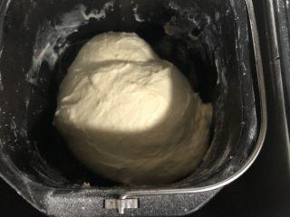 超柔软波兰种吐司,两次和面以后差不多可以拉出不容易破的手套膜,如果还没有,可以再揉个5分钟左右。(因为一个人操作,手套膜不方便拍。)