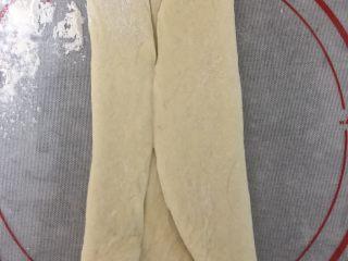 超柔软波兰种吐司,将擀好的面片两边向中间对折,再用擀面杖轻轻擀长后,自上而下卷起来。