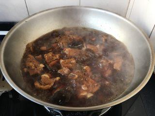#猪肋排# 红烧小排骨,大火煮开,小火炖30分钟左右。