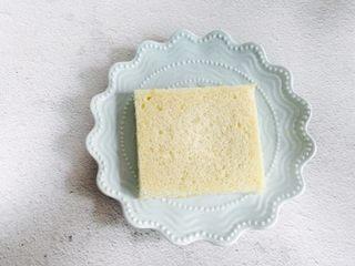 爆浆火龙果酸奶吐司,取一片吐司放入盘中