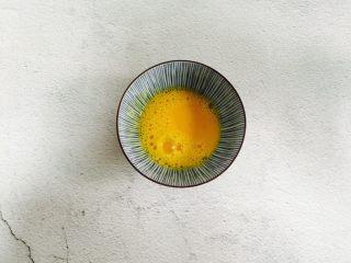 爆浆火龙果酸奶吐司,鸡蛋打散备用