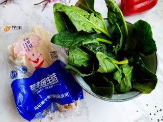 清炒时蔬,菠菜摘洗干净备用,准备好金针菇一份