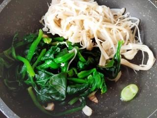 清炒时蔬,后放入菠菜和金针菇