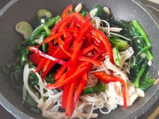 清炒时蔬,加入提前切好的红椒丝