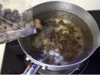 好看又好喝的网红脏脏茶,一定要试试的饮品!,倒入珍珠粉圆,先不要搅拌。