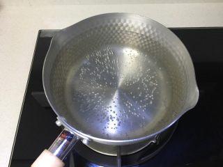 好看又好喝的网红脏脏茶,一定要试试的饮品!,准备一小锅,倒入足量的清水,煮开