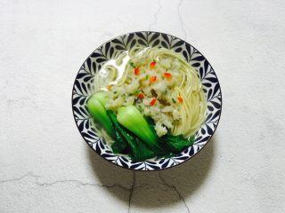 温州鮸鱼丸面,浇上鮸鱼丸和汤,取少量的红椒点缀(可有可无)