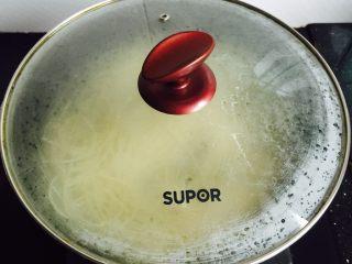 温州鮸鱼丸面,盖上锅盖大火烧开期间两次加入少量冷水并煮熟(约7-8分钟)