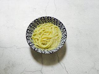 温州鮸鱼丸面,将煮熟的面条盛入碗中