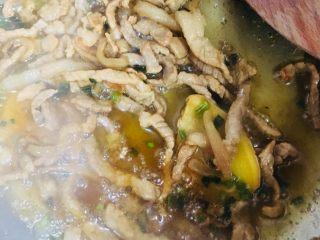 芹菜炒肉丝,炒至上色入味