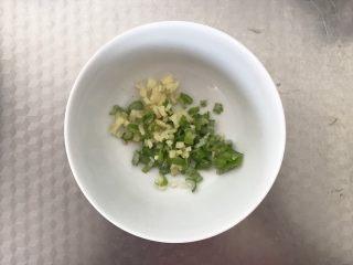 黄瓜炒虾仁,姜和葱花切好备用