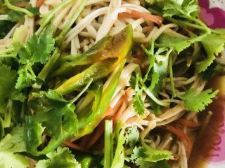 美味金针菇,锅内放油,加入蒜,青椒丝,翻炒2分钟后加入金针菇,过30秒加入味达美生抽,蚝油,盐,香菜出锅