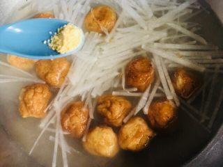萝卜丝鱼丸汤,少许鸡精