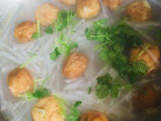 萝卜丝鱼丸汤,最后撒上香菜关火出锅