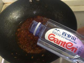 水煮肉片,加入适量矿泉水