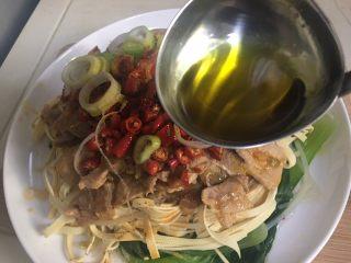 水煮肉片,浇上热油,加点汤汁,准备出锅