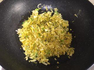 水煮肉片,加入葱姜蒜末爆香