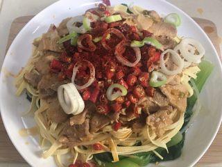 水煮肉片,加入葱花、小米椒、干辣椒、花椒粉、辣椒粉