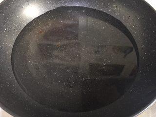 水煮肉片,锅内加水烧开