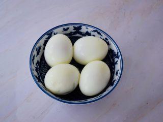 猪脚姜,猪脚在炖煮时,先来煮鸡蛋,另起锅放入鸡蛋,煮开烧转中小火煮7-8分钟,捞出放入清水浸泡至凉后去壳备用