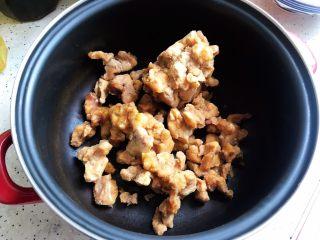 土豆虎头鸡,虎头鸡拆去包装,倒入锅内