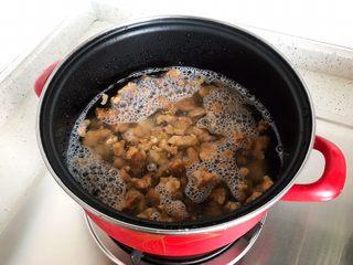 土豆虎头鸡,搁置炉上,大火开煮